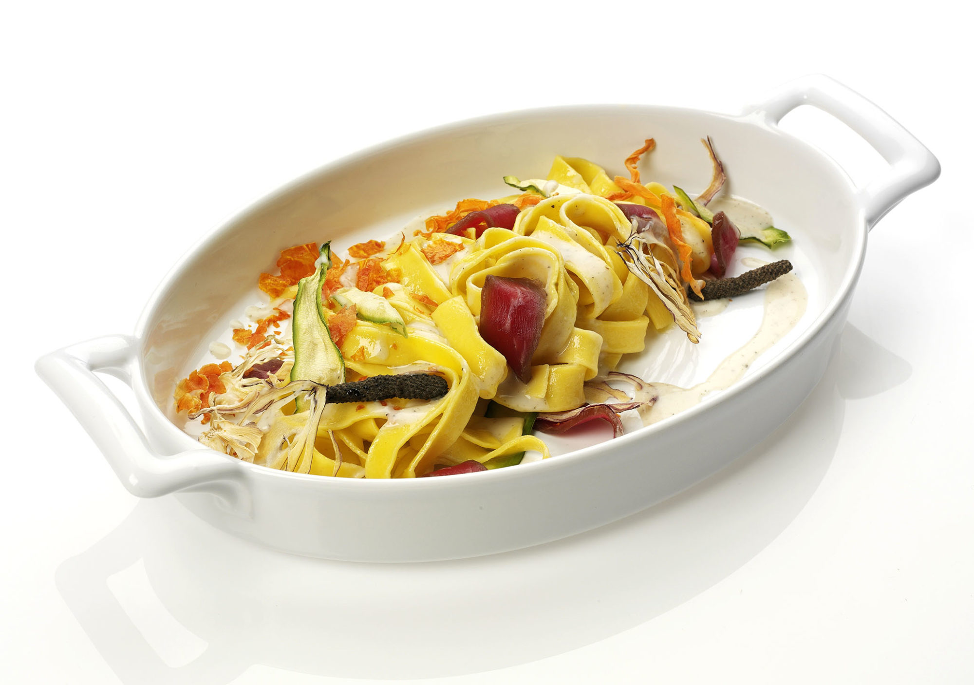 Tagliatelle con ragù di verdure disidratate e crema di parmigiano al pepe