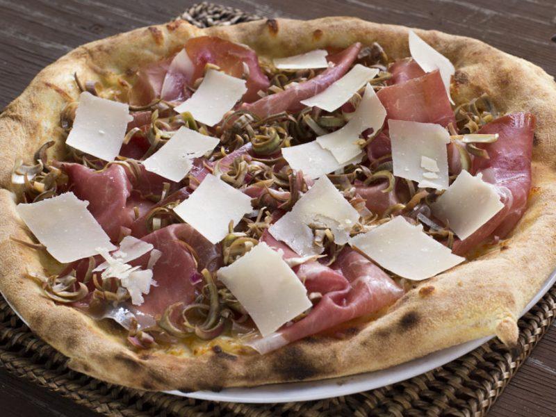 PIZZA CRUDO CARCIOFI E PARMIGIANO IN BANCONOTE