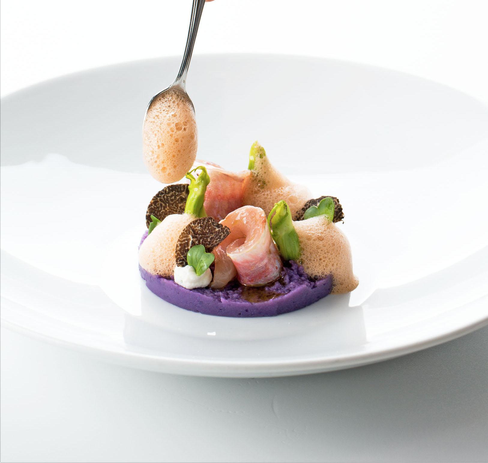 Triglia scottata su tortino di patata viola, aria di cacciucco e puntarelle