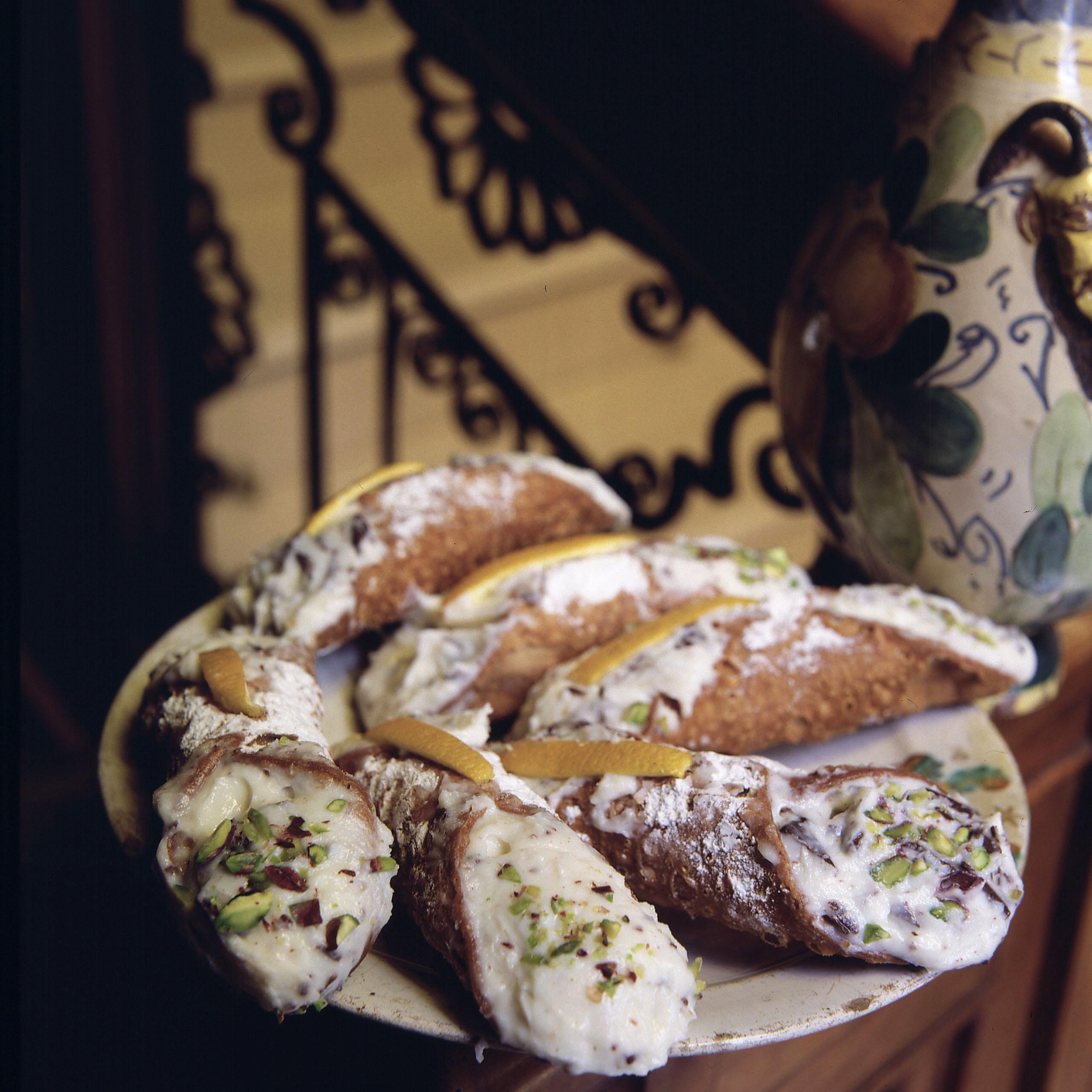cannoli siciliani con scorza d'arancia e granella di pistacchio per la ricetta su cuocicuoci.com