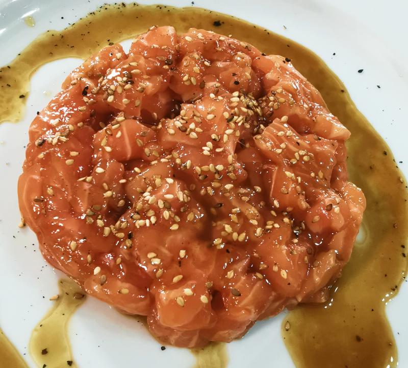 Tartare di salmone con vinaigrette soia e sesamo tostato