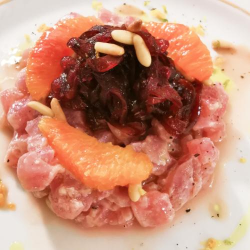 Tartare di tonno marinato agli agrumi e cipolle caramellate all'aceto balsamico