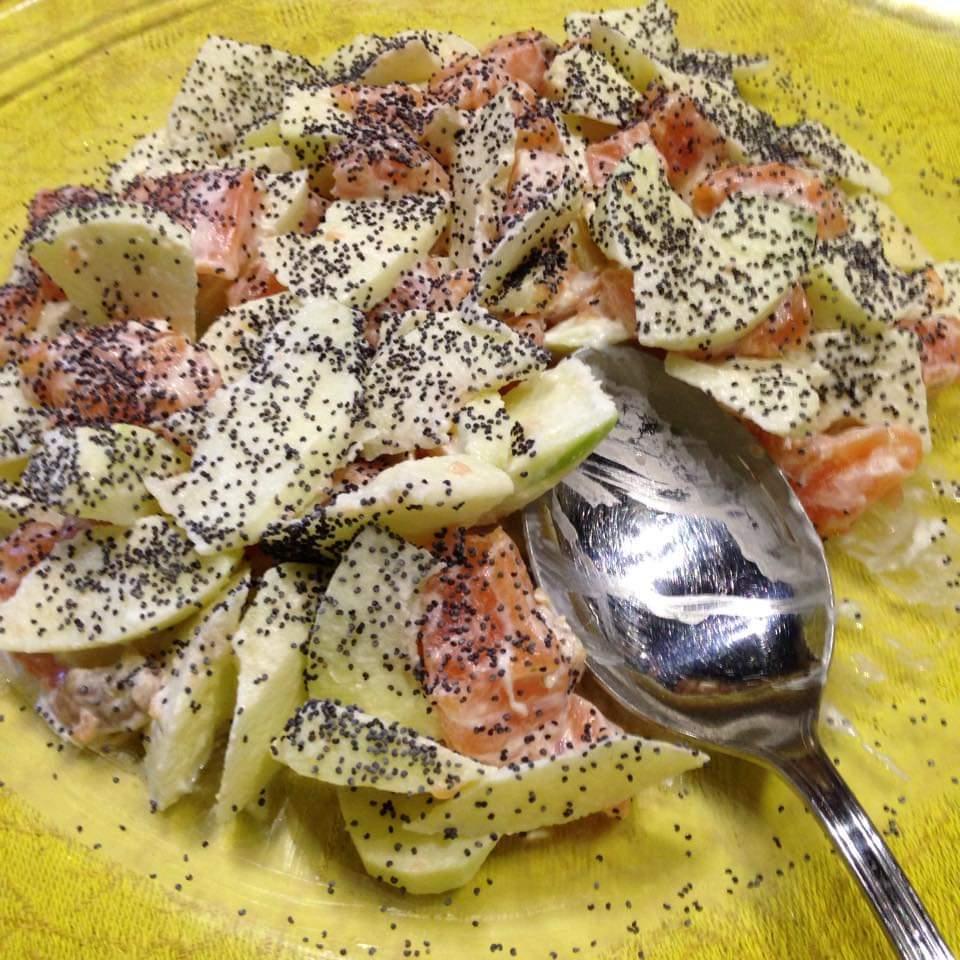 salmone,mele,panna acida e semi di papavero