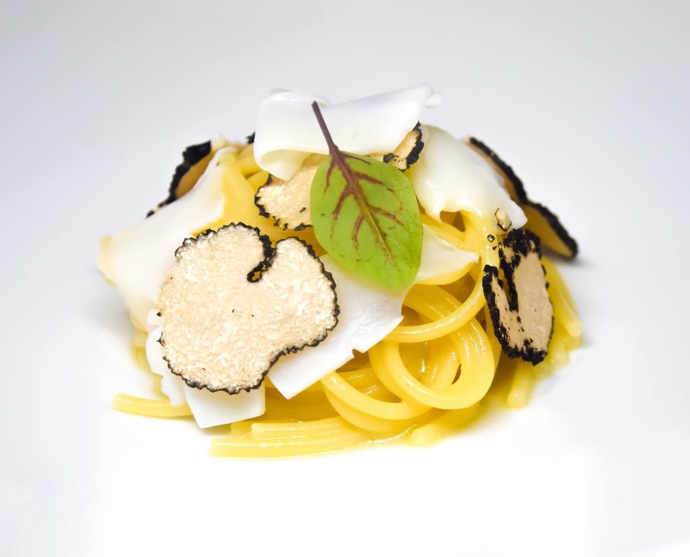 Spaghetti con tartufo, seppia e salsa di coniglio dello chef Valerio Braschi del ristorante 1978