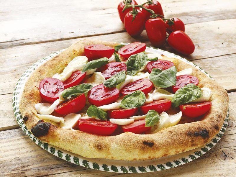 Pizza Capri con basilico, mozzarella pomodori