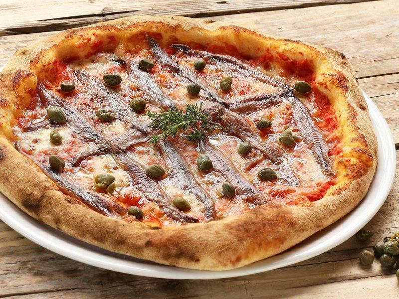 Pizza Posillipo con alici, origano e capperi