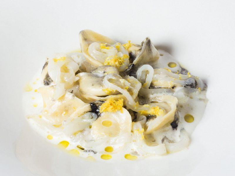 Ravioli di pesce con seppie al nero: un primo piatto dello chef Tiziano Rossetti per il suo ristorante a Urbino, Osteria L'Angolo Divino