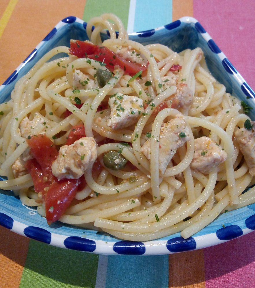 Spaghetti con pomodori Piccadilly, capperi e vitello di mare