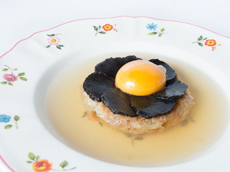 Zuppa pavese di Tiziano Rossetti: con pane toscano, tuorlo d'uovo, consommè di carne e tartufo nero pregiato