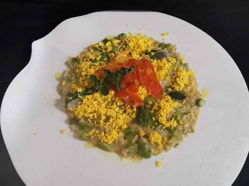 Risotto alle erbe aromatiche, lardo, punte di asparagi e mimosa d'uovo di Maurizio Urso