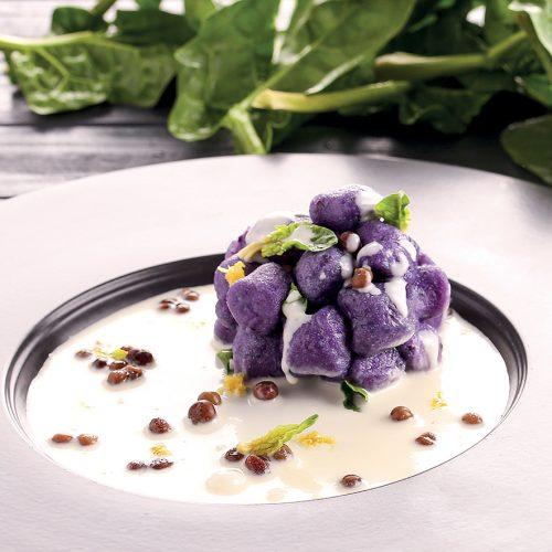 Mammoli di patata viola su fonduta di caciocavallo roveglia e spinaci