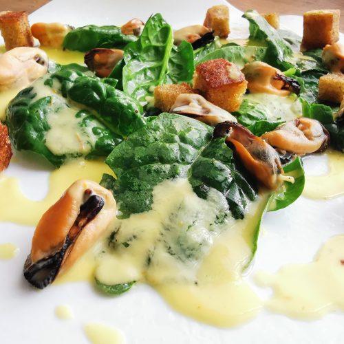 Ricetta cozze e spinaci con maionese di pomodori gialli e pane croccante alla paprika