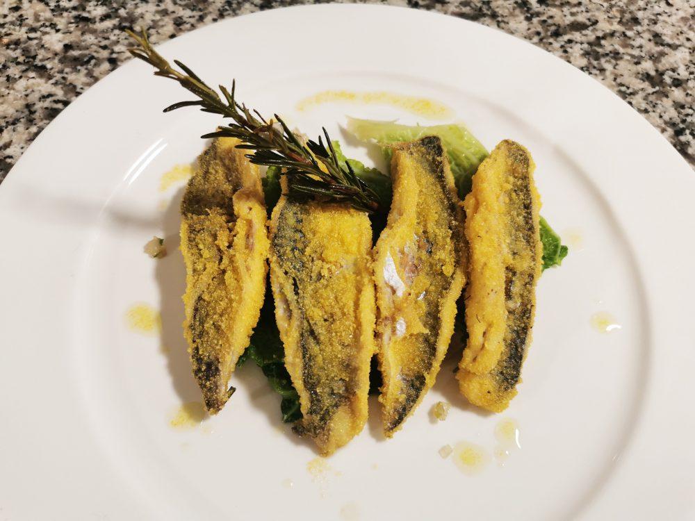 Filetto di sgombro croccante con farina di polenta e verza brasata al rosmarino