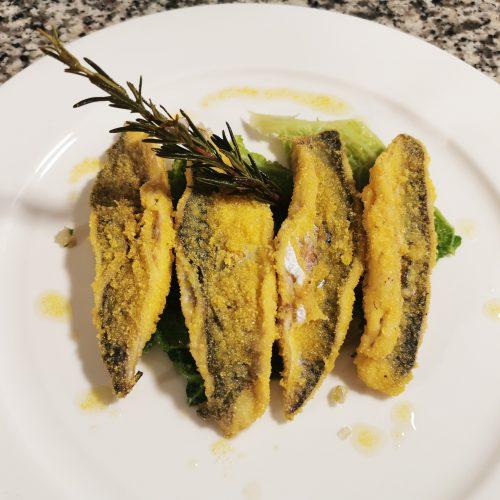 Ricetta di filetto di sgombro croccante con farina di polenta e verza brasata al rosmarino